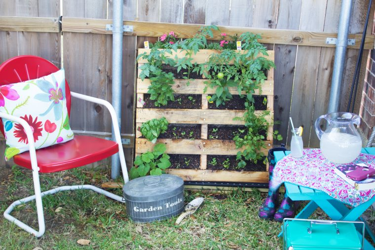 Have A Small Space But Love To Garden? This DIY Pallet Garden Is For You
